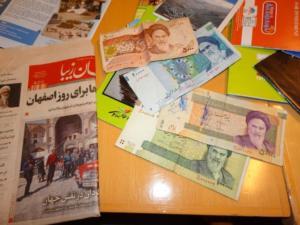 MG'erne i iransk avis. Iranske pengesedler.